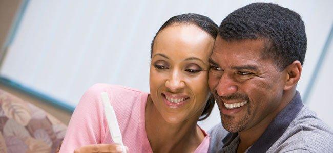 Pareja mayor con prueba embarazo