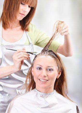 mujer teñiéndose el pelo