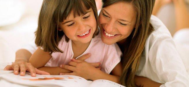 Madre lee con hija