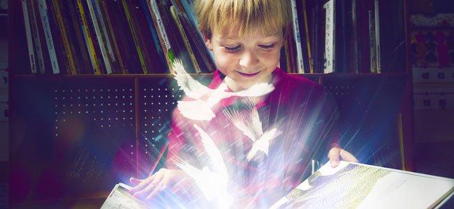 Niño y libro mágico