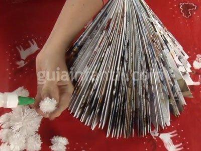Cómo hacer un árbol de Navidad con una revista. Paso 4