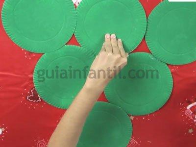 Árbol de Navidad con platos de cartón. Paso 2