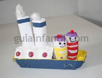 Barco de cartón de juguete