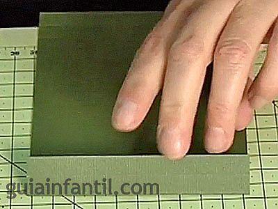 hacer un crculo en la cartulina blanca que quede a un lado de la tarjeta y recortarlo no hay que olvidar que tambin en la cartulina blanca hay que