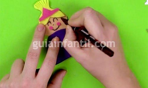 Broche de fieltro con forma de muñeca. Paso 4