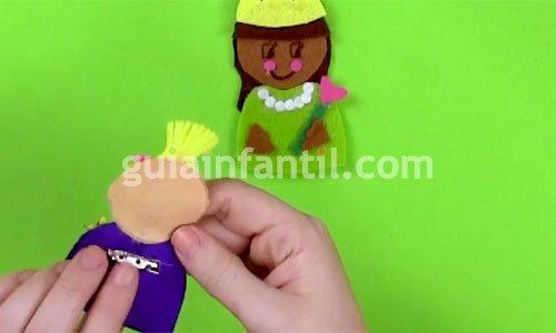 Broche de fieltro con forma de muñeca. Paso 5