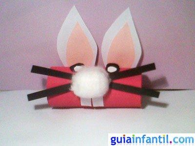 Manualidad conejo de rollos de cartón. Paso 5.