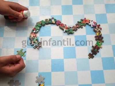Corazón con piezas de puzzle. Paso 3