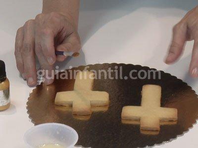 Galletas fondant con forma de cruz para Primera Comunión. Paso 1