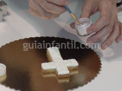 Galletas fondant con forma de cruz para Primera Comunión. Paso 4