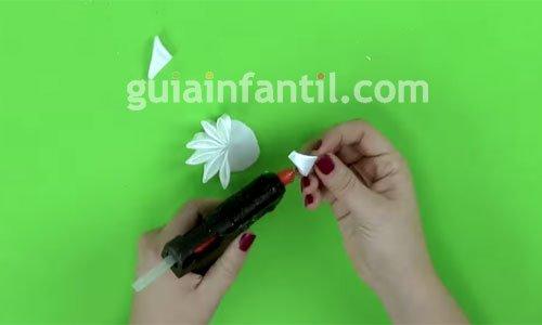 Cómo hacer una diadema con flores. Paso 4