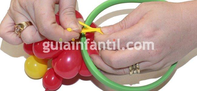 Diadema con flor hecha con globos. Paso 5