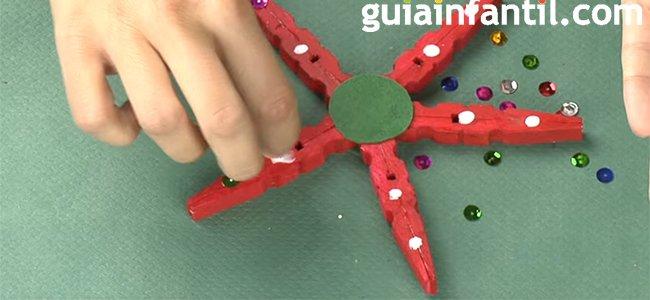 Estrella de Navidad de reciclaje con pinzas. Paso 5