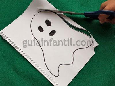 Recortar los fantasmas para el móvil de Halloween