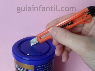 Hucha de lata manualidades infantiles de reciclaje - Como hacer una hucha ...