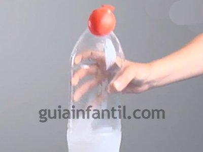 Hinchar un globo con levadura y azúcar. Paso 4.