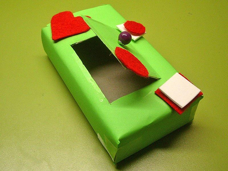 una caja de zapatos medicamentos etc cartulina verde figuras de