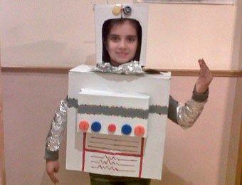 Disfraz de robot con cajas de cartón