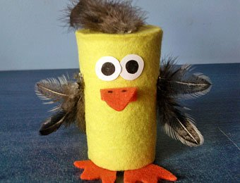 Pollito con rollo de papel higiénico