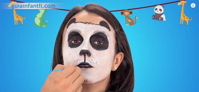 Maquillaje de oso panda. Paso 4