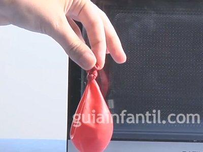 Inflar un globo en un microondas. Paso 2.