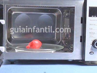 Inflar un globo en un microondas. Paso 3.