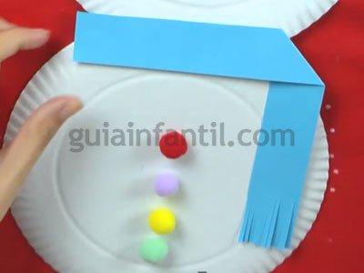 Muñeco de nieve con platos de cartón. Paso 3