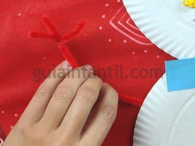 Muñeco de nieve con platos de cartón. Paso 6