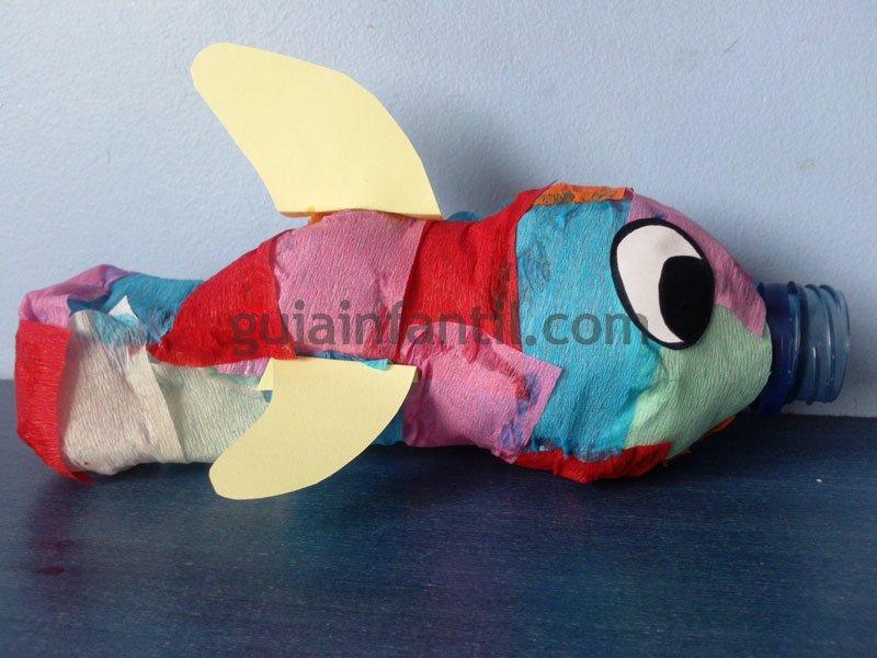 hacer un bonito y colorido pez con una botella de plastico y papel de