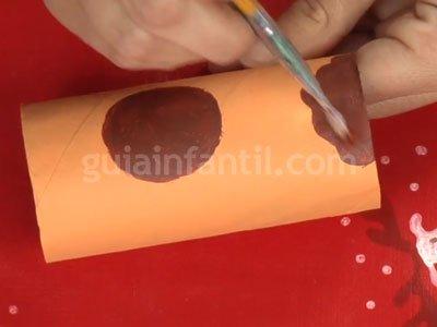 Reno de Papá Noel con rollos de papel higiénico. Paso 2