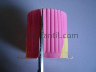 Manualidad de margaritas con vasos de plástico. Paso 4.