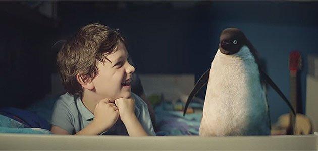 Niño con pinguino
