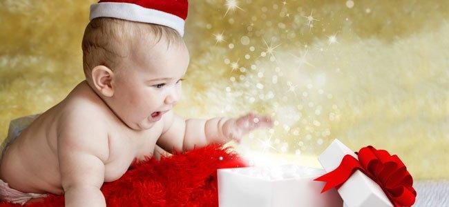 Bebé con caja de Navidad