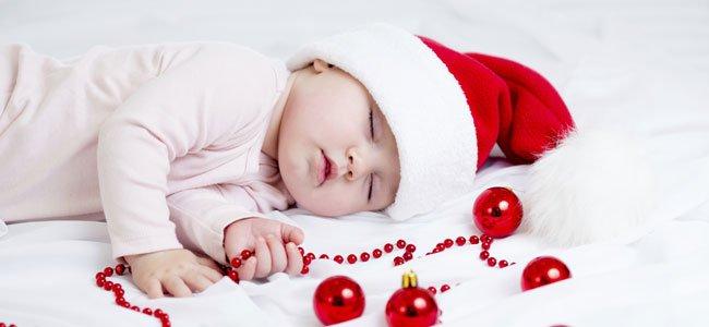 Bebé duerme con bolas de Navidad