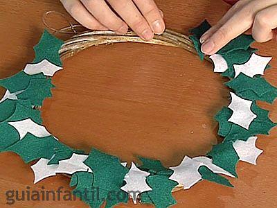 Corona de acebo en fieltro manualidades en navidad share - Coronas navidenas de fieltro ...