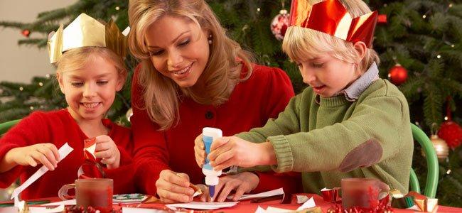 Madre con niños en Navidad