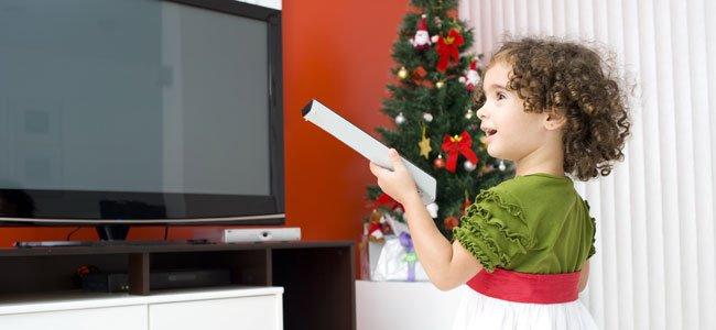 NIña con tele en Navidad