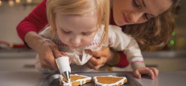 Madre con niña hacen galletas
