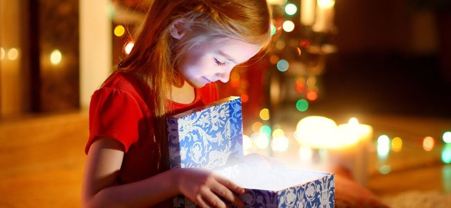 Niña abre regalo