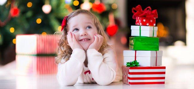 NIña pensativa en Navidad