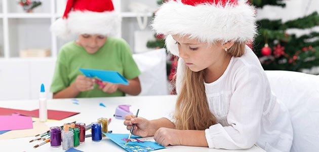 Niña escribe tarjeta Navidad