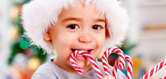 Niño come dulce navideño