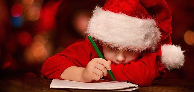 Niño escribe tarjeta Navidad