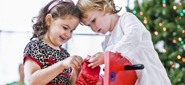 Niños abren regalo