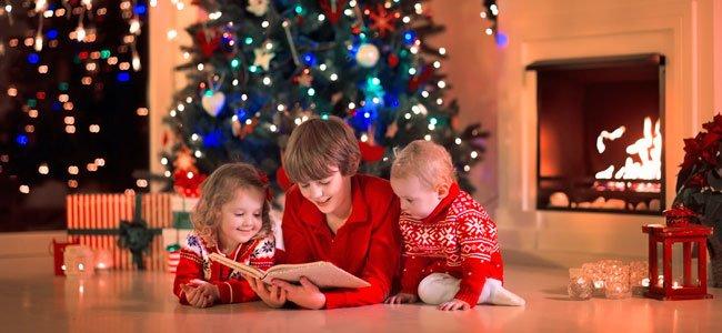 Niños leen en Navidad