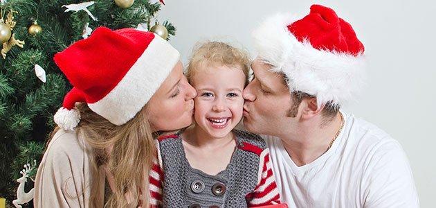 Padres besan a su hija