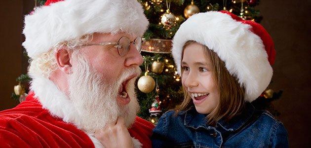 Niña tira de barba a Papá Noel