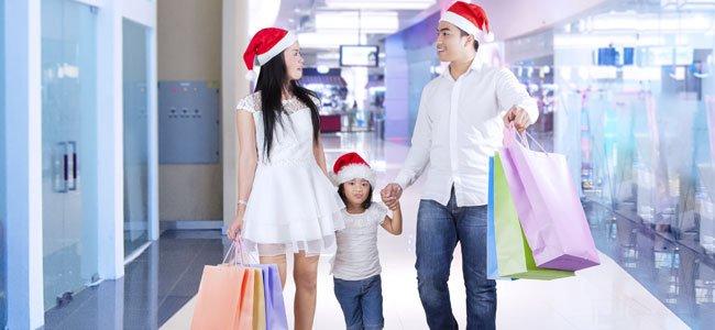 Pareja con niño en Navidad