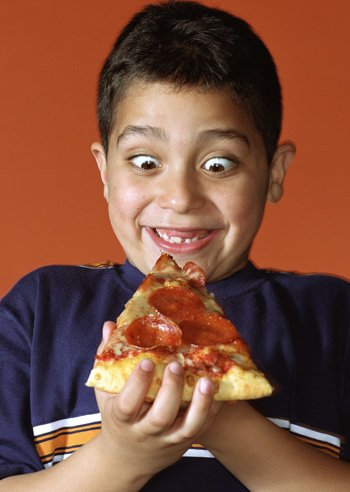 Niño obeso come pizza