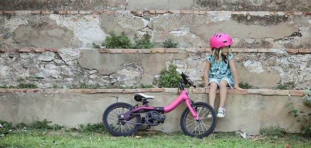 Niña con bicicleta